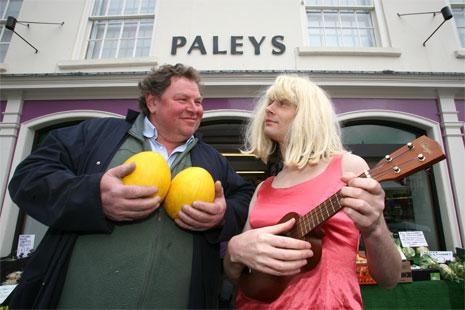 Lynda Beast serenading Mick Paley in Malton © Kippa Matthews